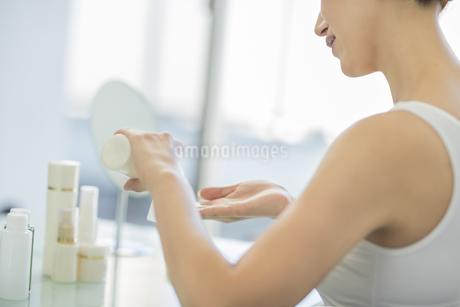 中年女性のスキンケアイメージの写真素材 [FYI01622494]