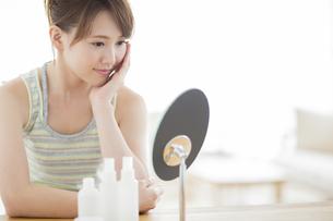 鏡を見る若い女性の写真素材 [FYI01622504]