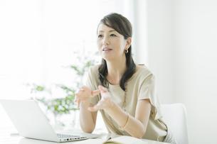 会話をするビジネスウーマンの写真素材 [FYI01622518]