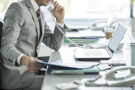 デスクで仕事をするビジネスマンの写真素材 [FYI01622522]