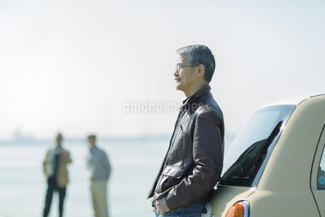 車に寄りかかるシニア男性の写真素材 [FYI01622530]
