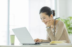 パソコンをするビジネスウーマンの写真素材 [FYI01622534]