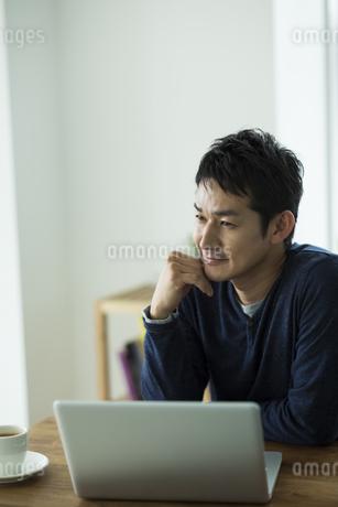 頬杖をつく男性の写真素材 [FYI01622541]