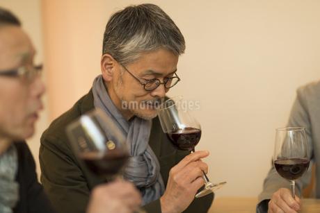 ワインを飲むシニア男性の写真素材 [FYI01622547]