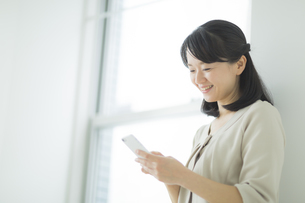 スマートフォンを見る女性の写真素材 [FYI01622551]