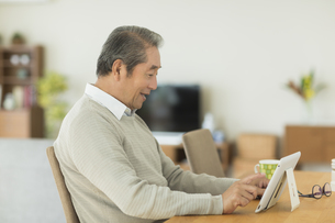 タブレットPCを見るシニア男性の写真素材 [FYI01622595]