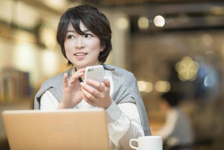カフェで仕事をするビジネスウーマンの写真素材 [FYI01622598]