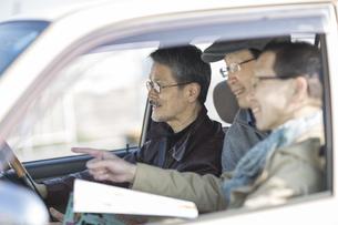 ドライブをするシニア男性の写真素材 [FYI01622599]
