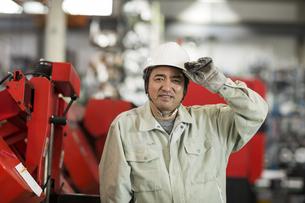 倉庫で働く作業服の男性の写真素材 [FYI01622612]