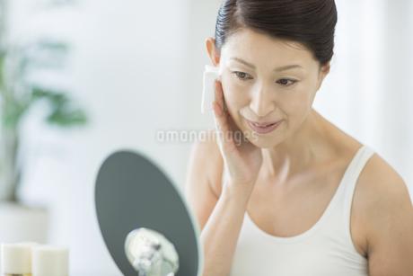中年女性のスキンケアイメージの写真素材 [FYI01622622]