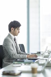 デスクで仕事をするビジネスマンの写真素材 [FYI01622625]