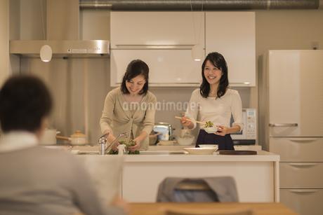 キッチンで料理をする母と娘の写真素材 [FYI01622626]