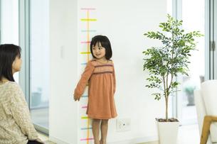 身長を測る女の子の写真素材 [FYI01622654]