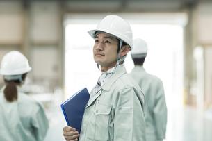 上を見上げる作業員男性の写真素材 [FYI01622656]