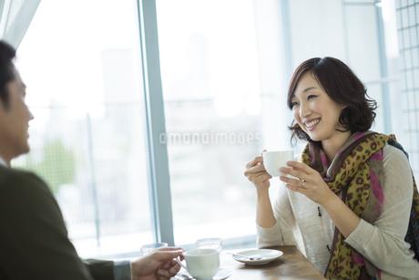 カフェで会話をする夫婦の写真素材 [FYI01622659]