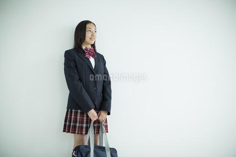 制服を着た女子高校生の写真素材 [FYI01622662]