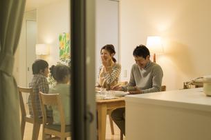 夕食を食べる家族の写真素材 [FYI01622666]
