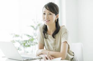 笑顔のビジネスウーマンの写真素材 [FYI01622691]