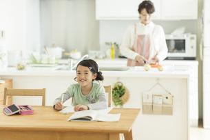 テーブルで勉強をする女の子の写真素材 [FYI01622700]