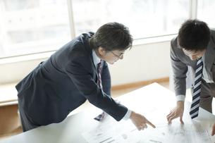書類を見てミーテイングするビジネスマンの写真素材 [FYI01622705]