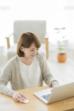 ノートパソコンをする若い女性の写真素材 [FYI01622713]