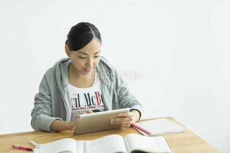 タブレットPCで勉強をする女子学生の写真素材 [FYI01622717]