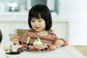 パンケーキを食べる女の子の写真素材 [FYI01622741]