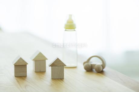木の玩具と哺乳瓶の写真素材 [FYI01622742]