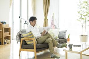 タブレットPCを操作する男性の写真素材 [FYI01622750]