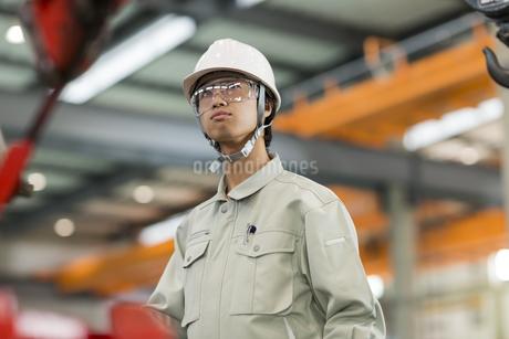 機械を操作する作業服の男性の写真素材 [FYI01622751]