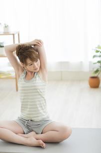 室内でストレッチをする若い女性の写真素材 [FYI01622752]