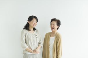 笑顔の母親と娘の写真素材 [FYI01622755]