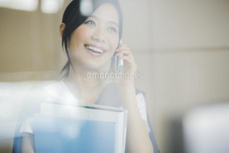 携帯電話で話すビジネスウーマンの写真素材 [FYI01622765]
