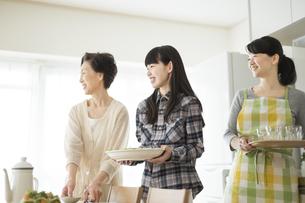 食事の準備をする三世代家族の写真素材 [FYI01622766]