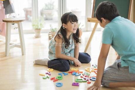 アルファベットで遊ぶ兄と妹の写真素材 [FYI01622772]
