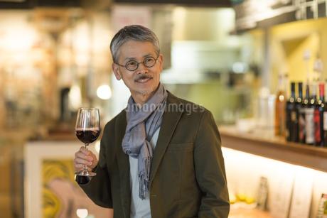 バーでワインを飲むシニア男性の写真素材 [FYI01622783]