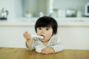 食事をする赤ちゃんの写真素材 [FYI01622791]