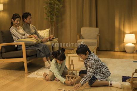 リビングで過ごす家族の写真素材 [FYI01622794]