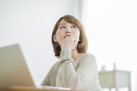 見上げる若い女性の写真素材 [FYI01622797]