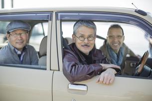 ドライブをするシニア男性の写真素材 [FYI01622802]