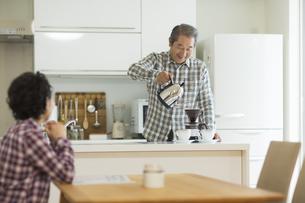 コーヒーを入れるシニア男性の写真素材 [FYI01622814]