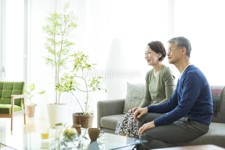 ソファーに座るシニア夫婦の写真素材 [FYI01622815]