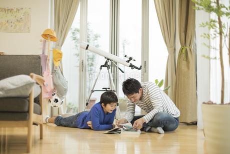 事典を見る父親と息子の写真素材 [FYI01622817]