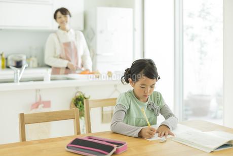 テーブルで勉強をする女の子の写真素材 [FYI01622818]