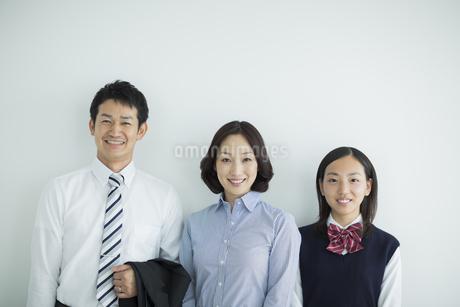 家族三人のポートレートの写真素材 [FYI01622822]