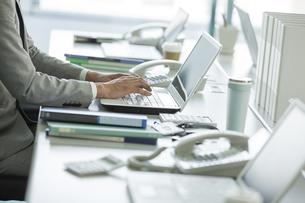 デスクで仕事をするビジネスマンの写真素材 [FYI01622834]