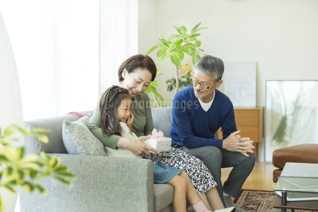 孫からプレゼントを貰うシニア女性の写真素材 [FYI01622836]