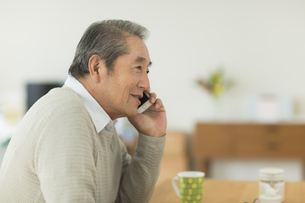 携帯電話で話すシニア男性の写真素材 [FYI01622839]