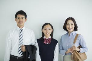 家族三人のポートレートの写真素材 [FYI01622846]