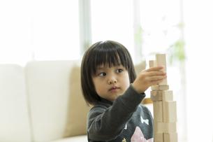 積み木で遊ぶ女の子の写真素材 [FYI01622847]